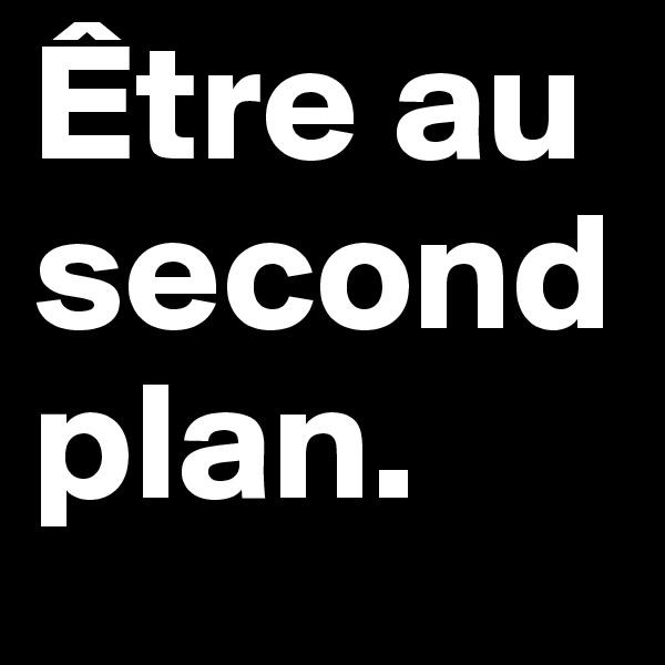 Être au second plan.